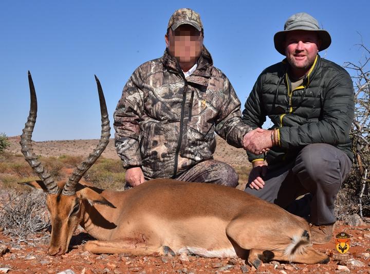 黑斑羚打猎